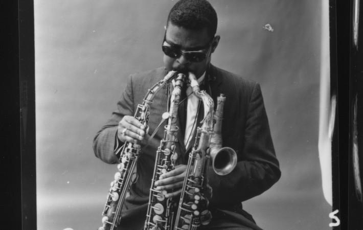 Rahsaan Roland Kirk simultaneously plays three saxophones. Courtesy of Dorthaan Kirk.