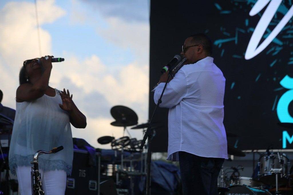 Regina Belle (left) performs with Najee during the Jazz in the Gardens All Stars concert during Jazz in the Gardens 2016 on Saturday. Photo: Mellissa Thomas/Florida National News.