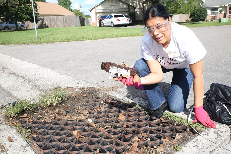 ORLANDO (FNN NEWS) - Clogged drainage could create a flooding crisis, says Supervisor Daisy Morales. Photo: Willie David / Florida National News.