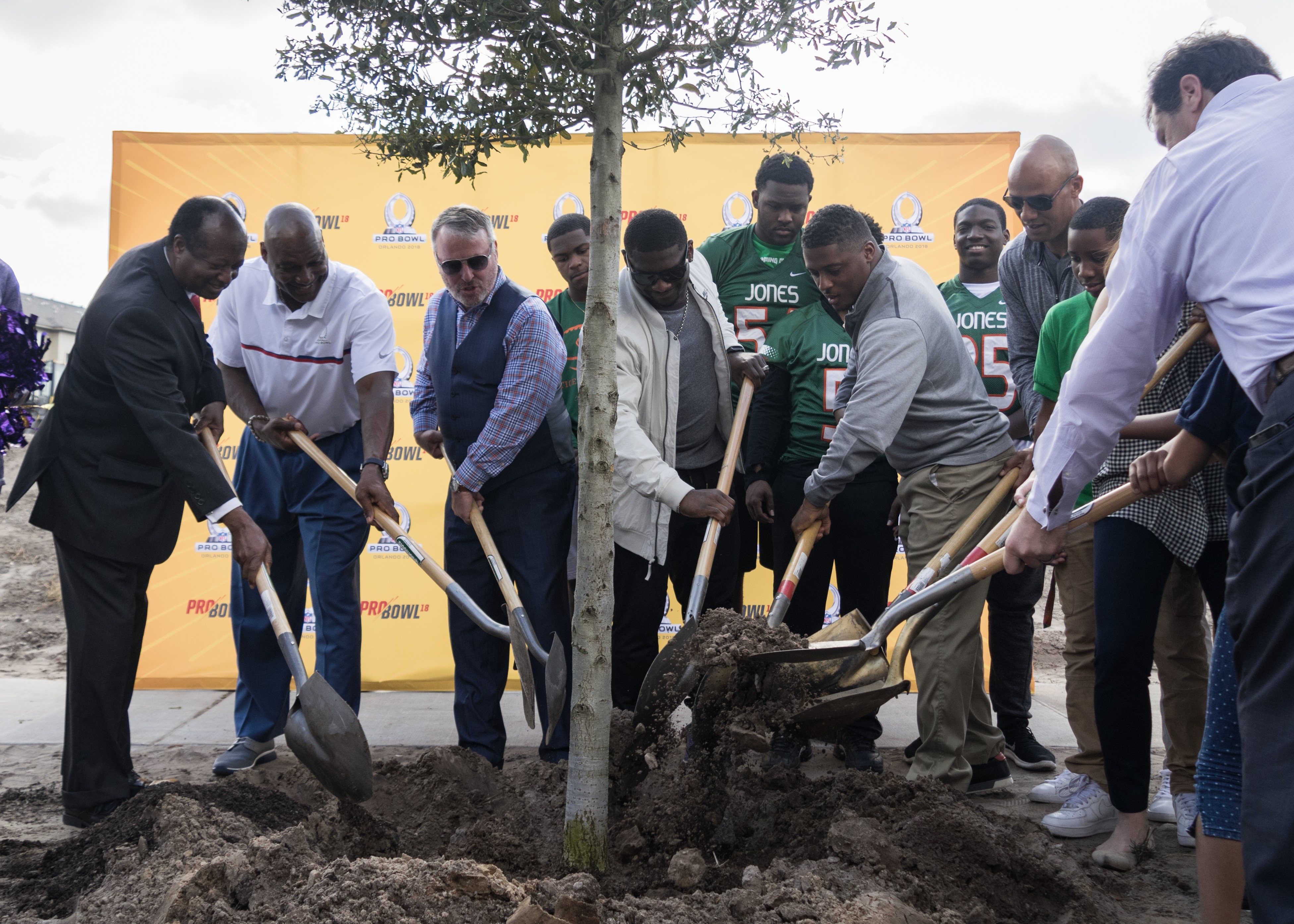 ORLANDO, Fla. (FNN NEWS) - Orlando Mayor Buddy Dyer plants a tree with NFL Pro Bowl Legends Captains at a 2018 NFL Pro Bowl community event in Orlando. Photo: Adrian Hernandez/Florida National News.