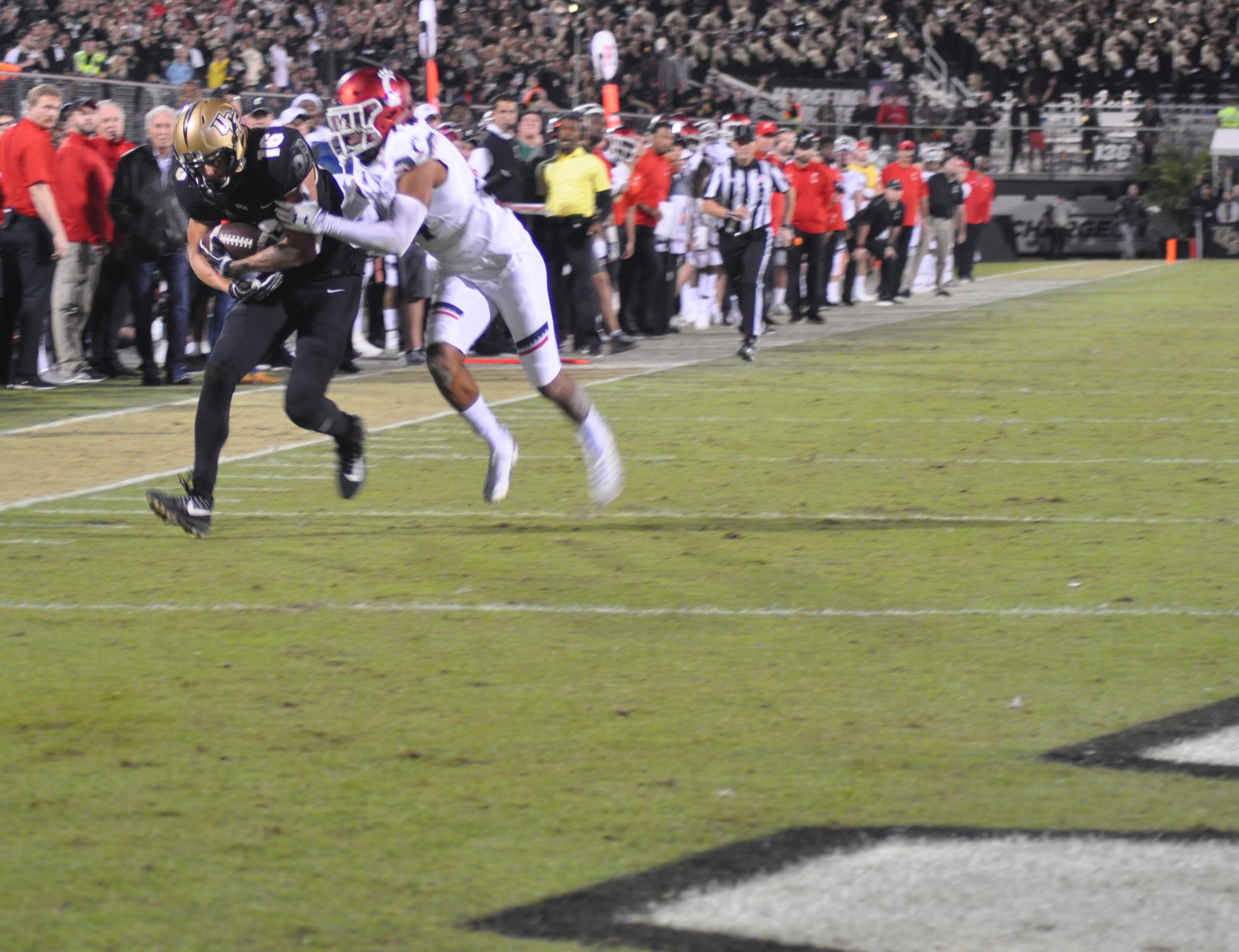 UCF Knights' Tre Nixon (#16) runs the ball into the end zone for a touchdown against the Cincinnati Bearcats at Spectrum Stadium Saturday night. Photo: Florida National News.