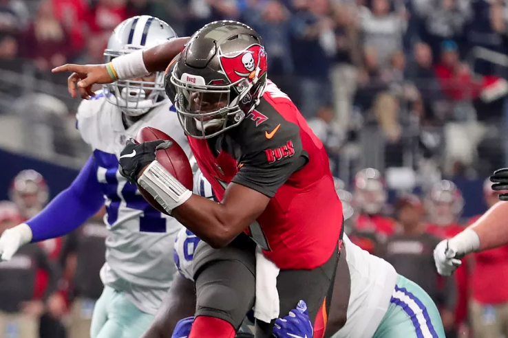 Tampa Bay Buccaneers quarterback Jameis Winston scrambles with the ball against the Dallas Cowboys. Photo: Tom Pennington/Getty Images.