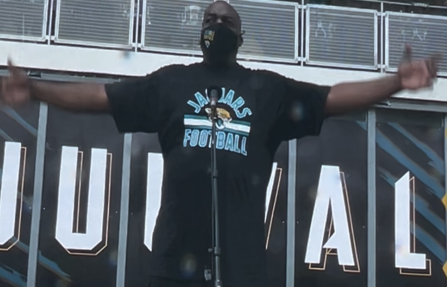 Former Jacksonville Jaguars and Pittsburgh Steelers RT and radio host Leon Searcy, delivered the traditional First DUUUVAL. Leon was also signing copies of his new book, 4th Down and DAMN: A Lineman's Story before the start of today's game. Photo: Mike Brodsky/Florida National News.