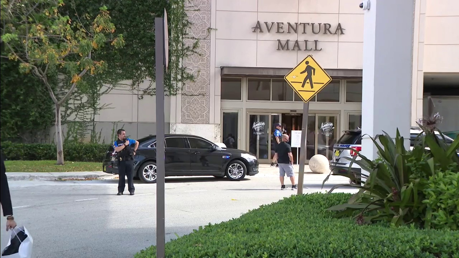 Aventura police respond to an incident at Aventura Mall that resulted in shots fired. Photo: WPLG Local 10.