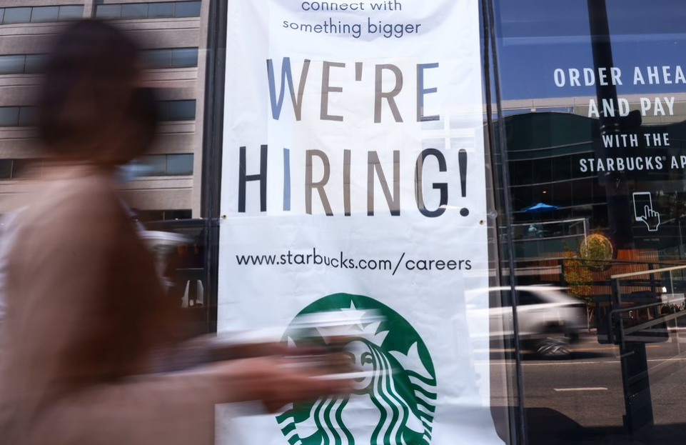 A sign is posted at a Starbucks on Aug. 6, 2021, in Los Angeles. Photo: Mario Tama/Getty Images.